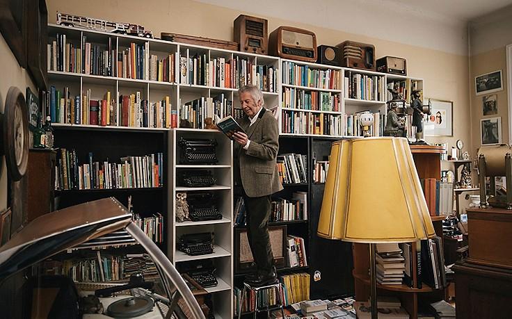 Alfred Komarek vor seinem Bücherregal.