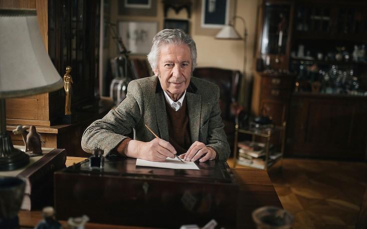Alfred Komarek an seinem Schreibpult.