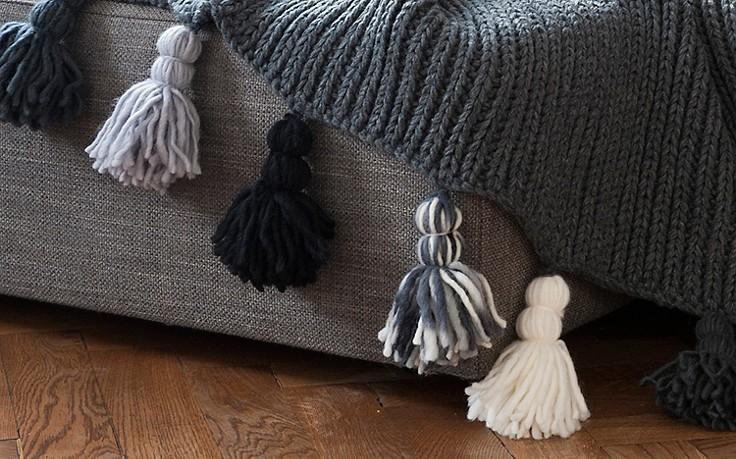 Dicke Wollquasten an der Kante einer Wolldecke