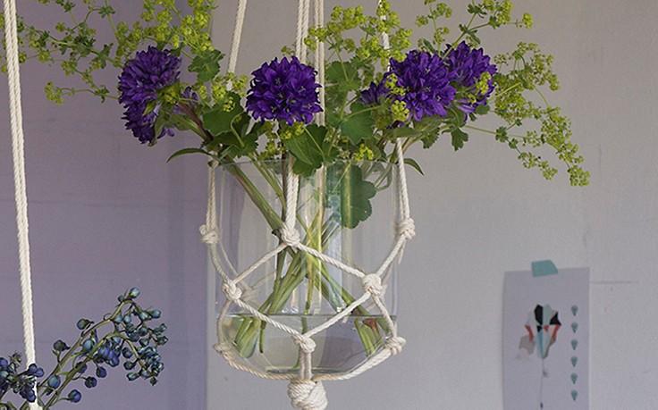 Aus Seilen geknüpfte Blumenampel