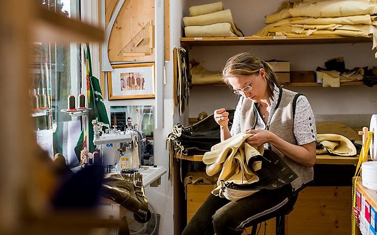 Lederhosen in Handarbeit: Selbst gegerbt, mit Liebe gesäckelt