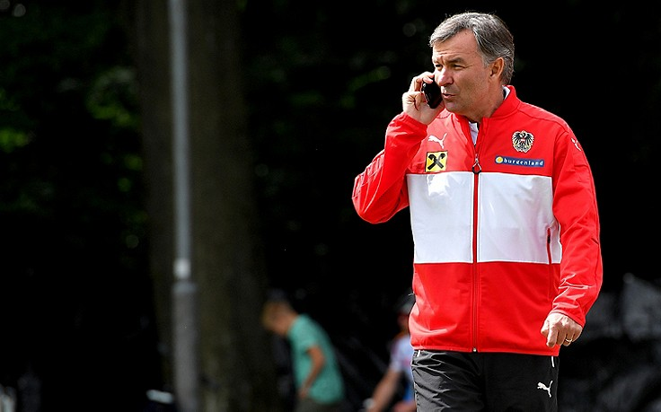 Willi Ruttensteiner telefonierend am Trainingsplatz.