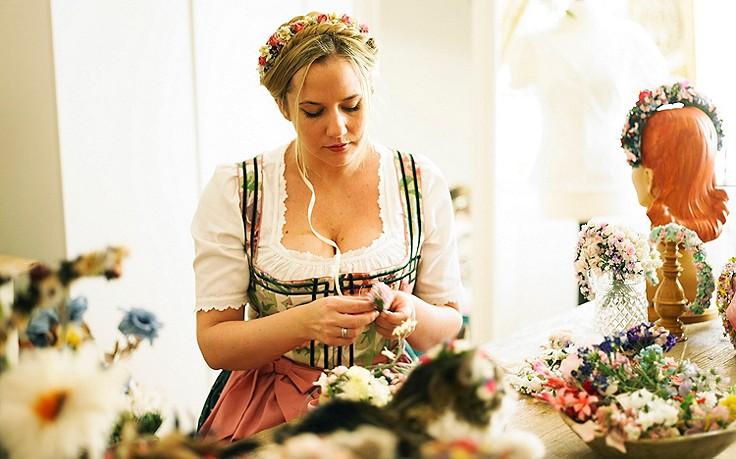 Die Blumenbinderin und ihre kunstvollen Blumenkränze