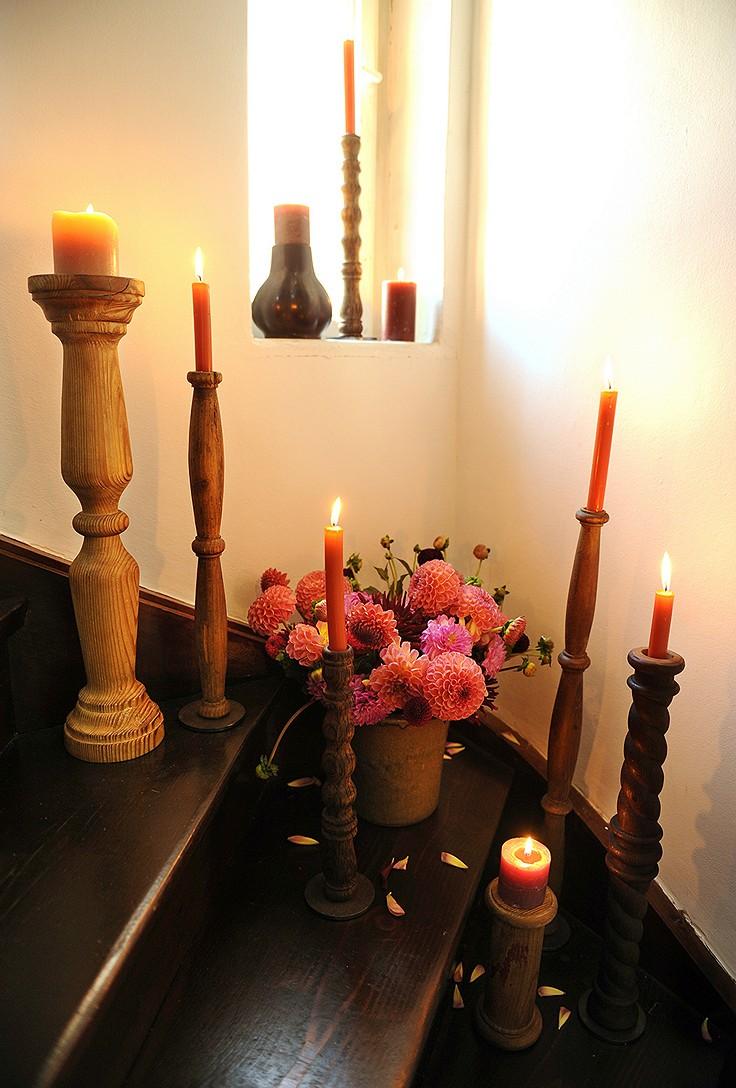 Kerzenhalter aus Tisch- und Sesselbeinen