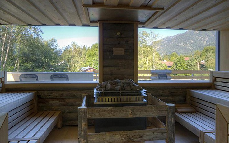 Eine Sauna mit Fenstern und Aussicht.