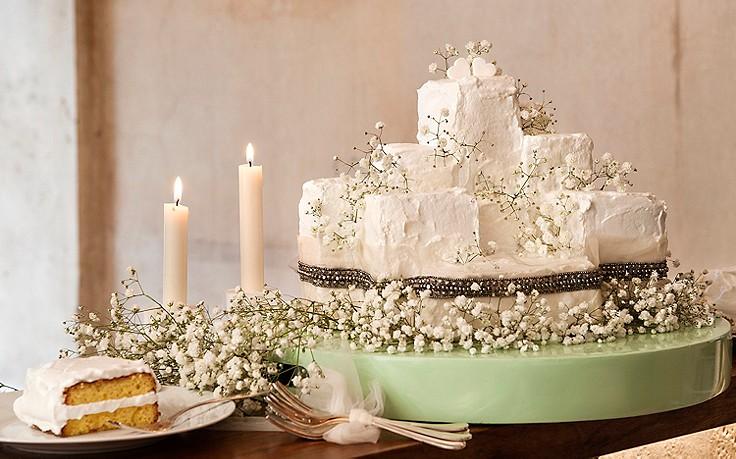 Hochzeitstorte mit Schleierkraut dekoriert