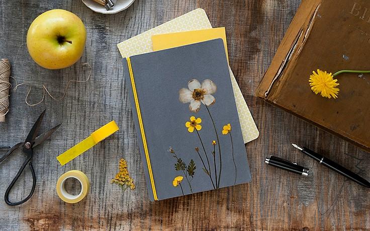 Notizbuch mit gepressten Blüten