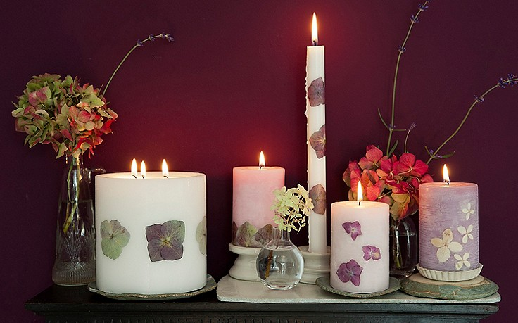 Mit Hortensien verzierte Kerzen