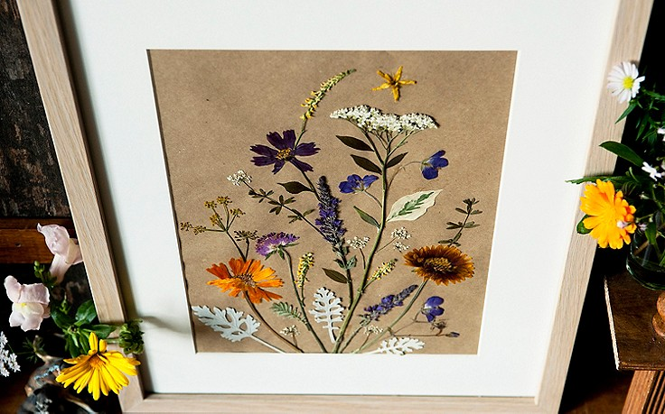 Ein Bilderrahmen mit getrockneten Blüten
