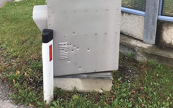 Löcher im Blitzgerät: 12 Schüsse auf Radargerät
