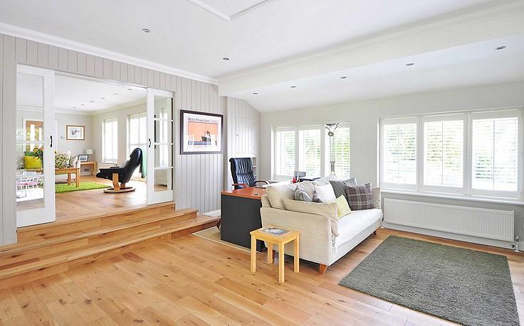 Ein schöner Holzboden verbessert die Wohnqualität.
