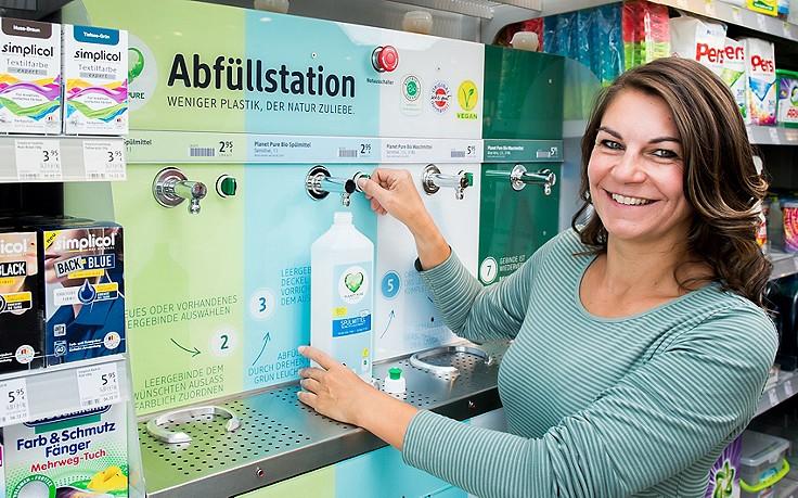 dm testet Abfüllstationen für Reinigungsmittel
