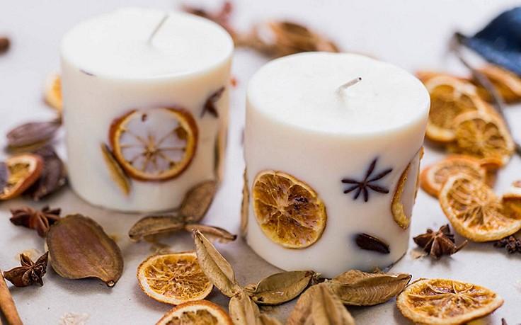 Stumpenkerze mit Orangenscheiben und Sternanis