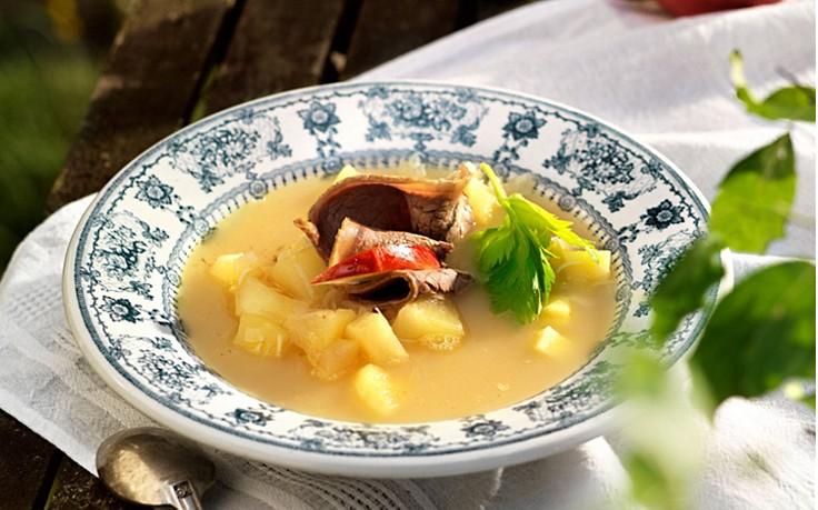 Apfel-Kren-Suppe mit gekochtem Rindfleisch