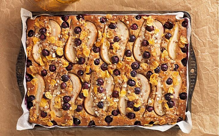 Müsli-Blechkuchen mit Birnen und Heidelbeeren