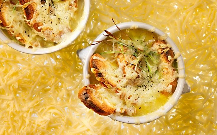 Zwiebelsuppe mit Käse gratiniert
