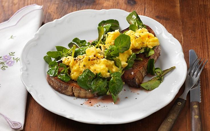 Brot mit Brunnenkresse und Eierspeis