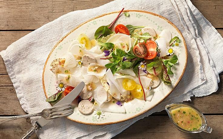 Salat mit Radi und Weißwurst