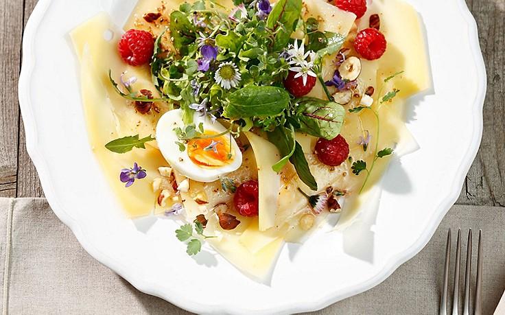 Kräuter-Blattsalat auf Bergkäse