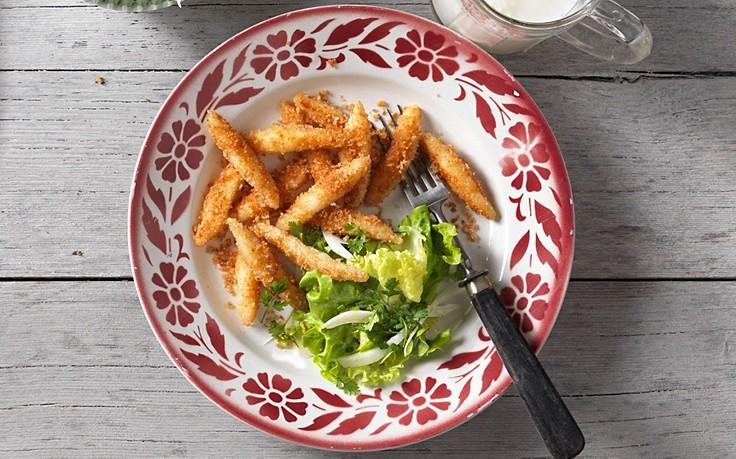 Buttermilch-Nudeln mit Bröseln und Salat