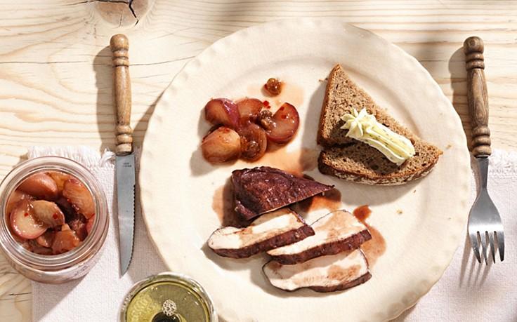 Urbani-Hendl mit Pfirsich-Kompott und Rosmarin-Butter