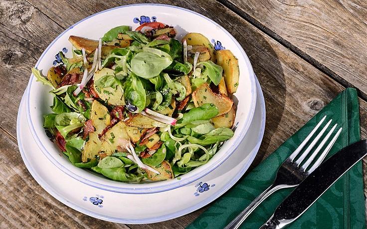 Erdäpfel-Vogerlsalat mit Speck und Kürbiskernöl