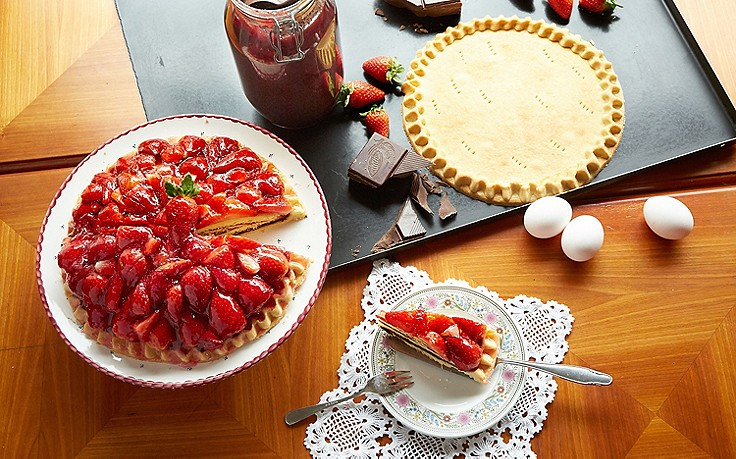 Kuppeltorte mit frischen Erdbeeren