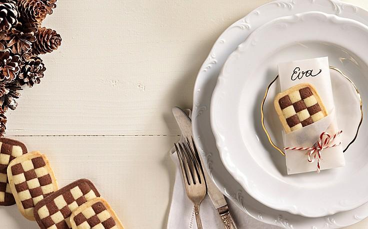 Tischkärtchen aus Schwarz-Weiß-Gebäck