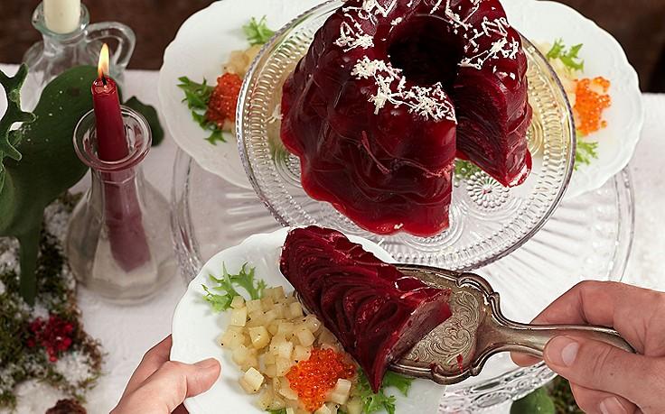 Rote-Rüben-Sulz mit Essigbirnen und Forellenkaviar