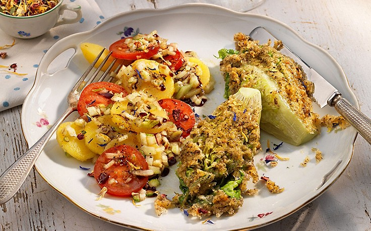 Panierte Salatherzen auf Erdäpfel-Paradeiser-Salat