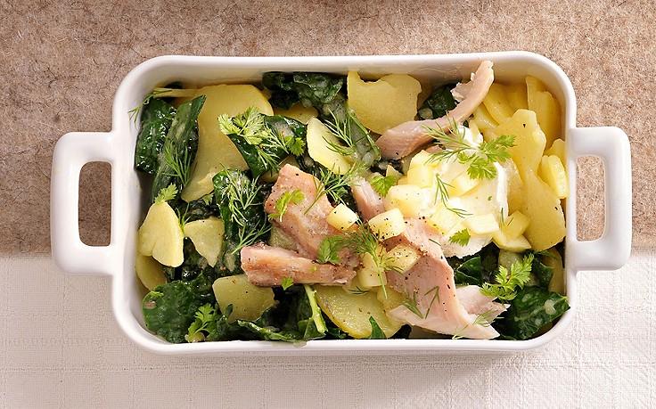 Schwarzkohl-Erdäpfel-Salat mit Räucherfisch