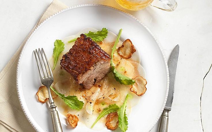 Schweinebauch auf Mairüben-Salat