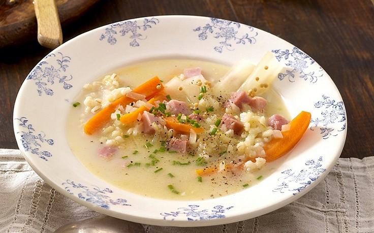 Selchsuppe mit Graupen, Senfgurken und Karotten