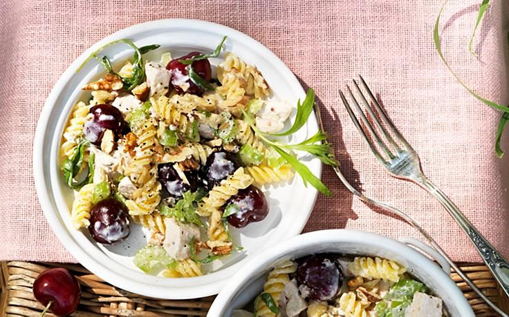Geflügel-Nudel-Salat mit frischen Sommerkirschen