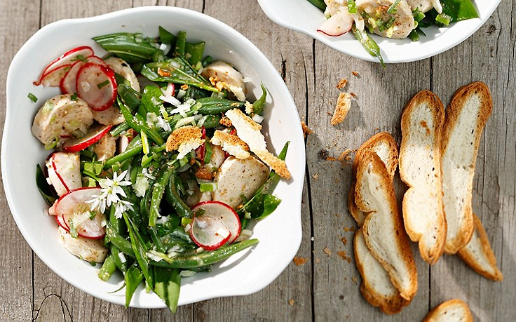 Weißwurst-Salat mit Fisolen, Bärlauch und Radieschen