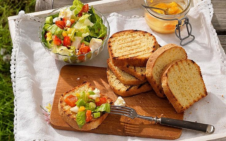 Geröstetes Maisbrot mit Salat