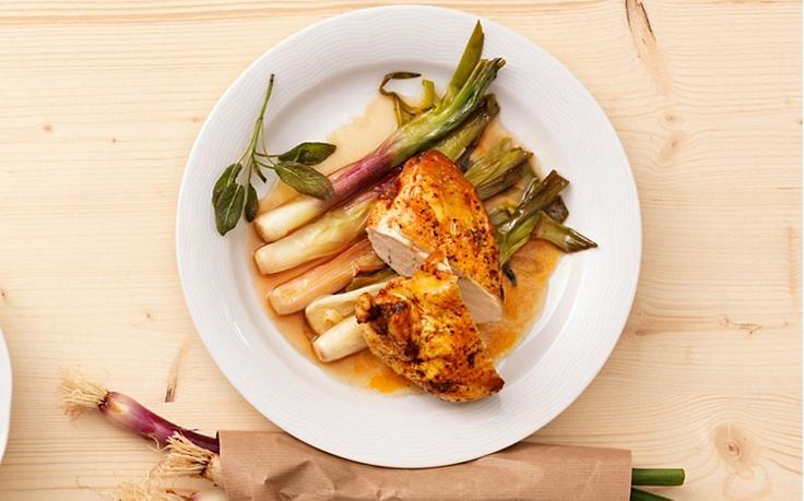 Hühnerbrust auf gebratenen Jungzwiebeln mit Salbei