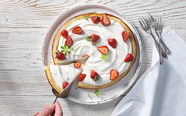 Waldmeister-Tarte mit Erdbeeren