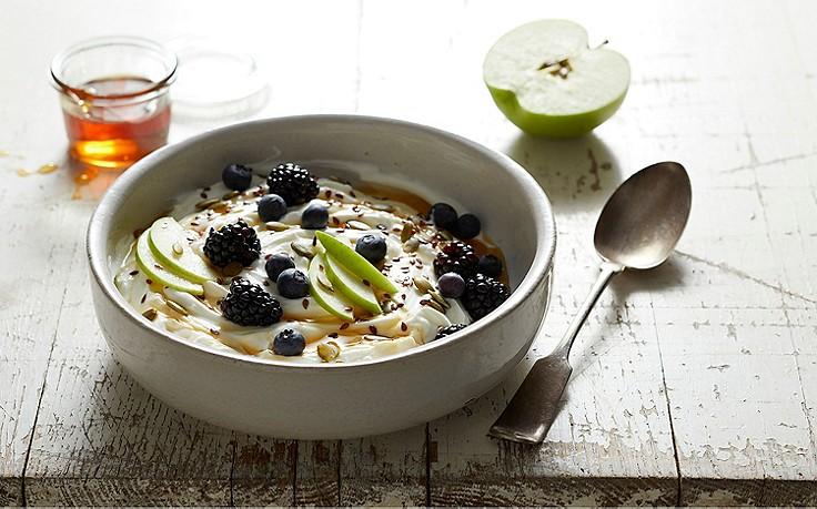 In einer hübschen Schüssel – heute sagt man Bowl dazu – angerichtet, schmeckt das Früchte-Joghurt mit Leinsamen und Honig gleich nochmal so gut.