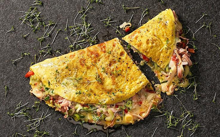 Omelette mit Schinken, Käse und Gemüse