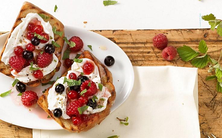 Brot mit Ziegenfrischkäse-Beeren-Aufstrich