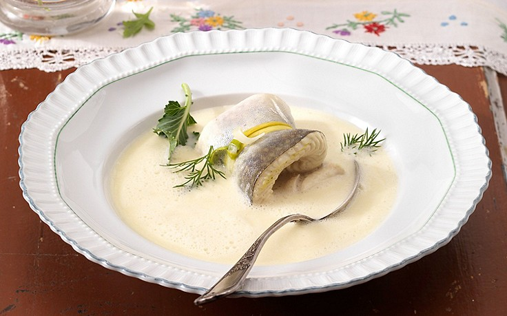 Kohlrabi-Suppe mit pochierten Saiblingsröllchen