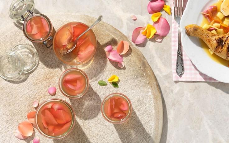 Rosen-Gelee mit frischen Blüten