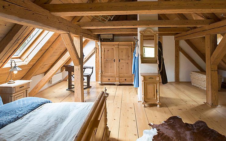 Ein guter Holzboden hält ewig und belastet das Raumklima am wenigsten.