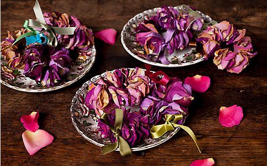 Zier-Kränze aus getrockneten Rosen