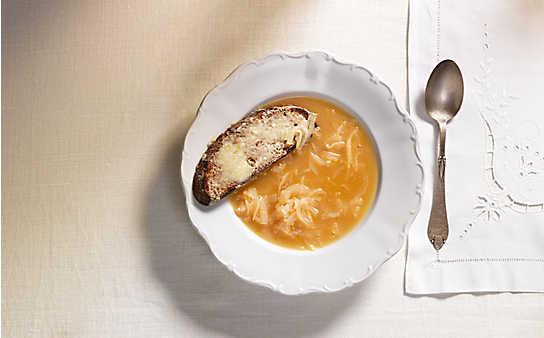 Zwiebelsuppe mit Bauernbrot und Bergkäse