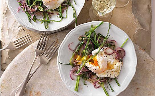 Kräuterstängel-Gemüse mit pochiertem Ei