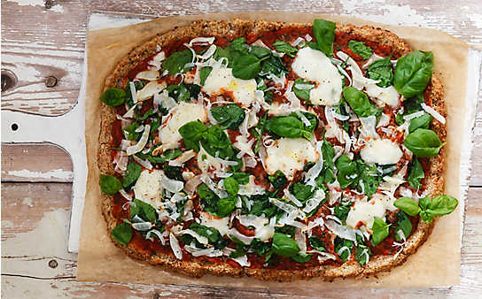 Karfiol-Pizza mit Tomate, Mozzarella und Basilikum