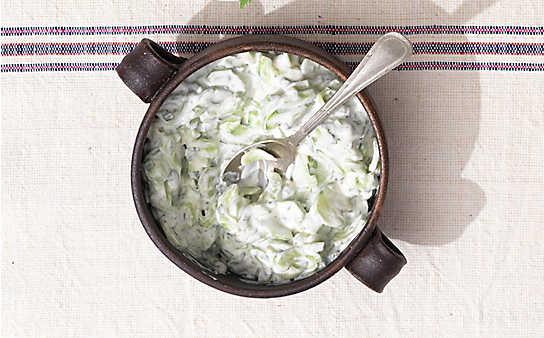 Gurkensalat mit Joghurt und Knoblauch