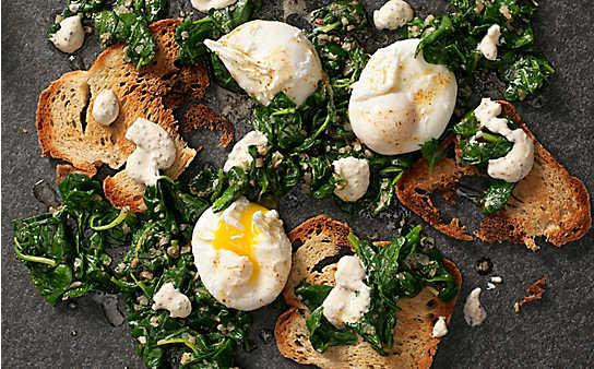 Pochiertes Ei mit Spinat und Senfrahm